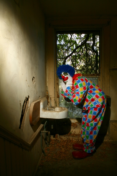 446139-even-scary-clowns-use-the-bathroom